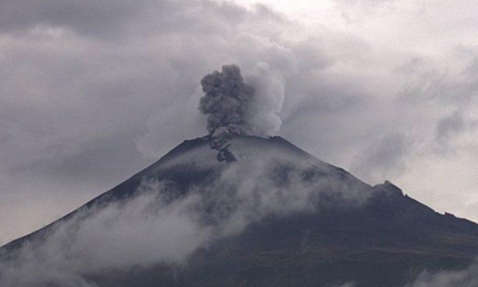 Volcán Popocatépetl emite exhalación con ceniza